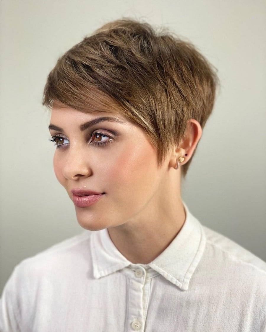 short tomboy hairstyle with side swept hair