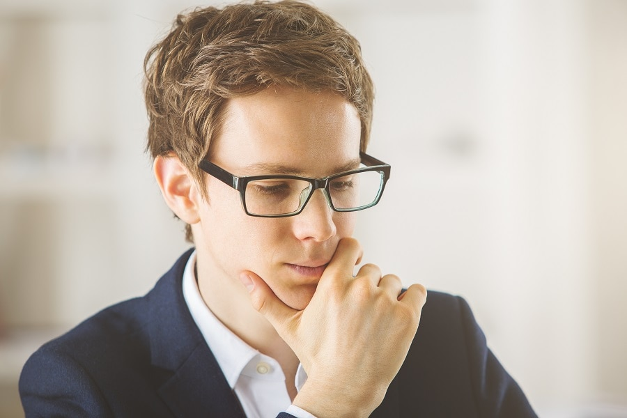 messy hairstyles for men with glasses