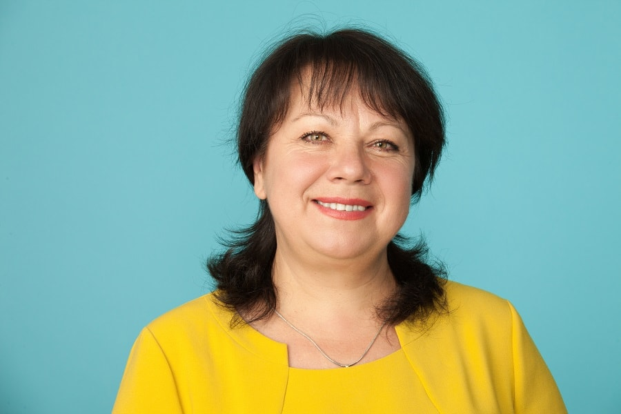 bangs for woman over 50 with round face