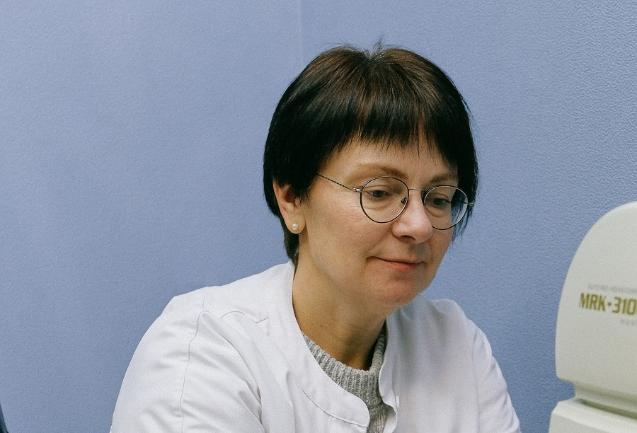round face woman over 50 with short hair