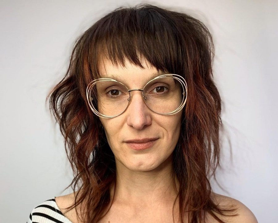 medium shaggy hairstyle for women over 50