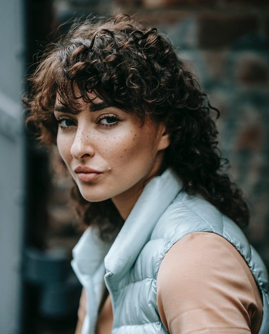 shaggy hairstyle for medium curly hair