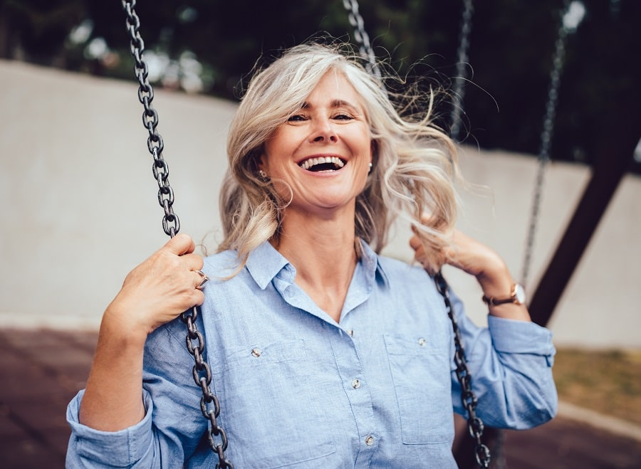 thick and long wavy hairstyle for women over 50